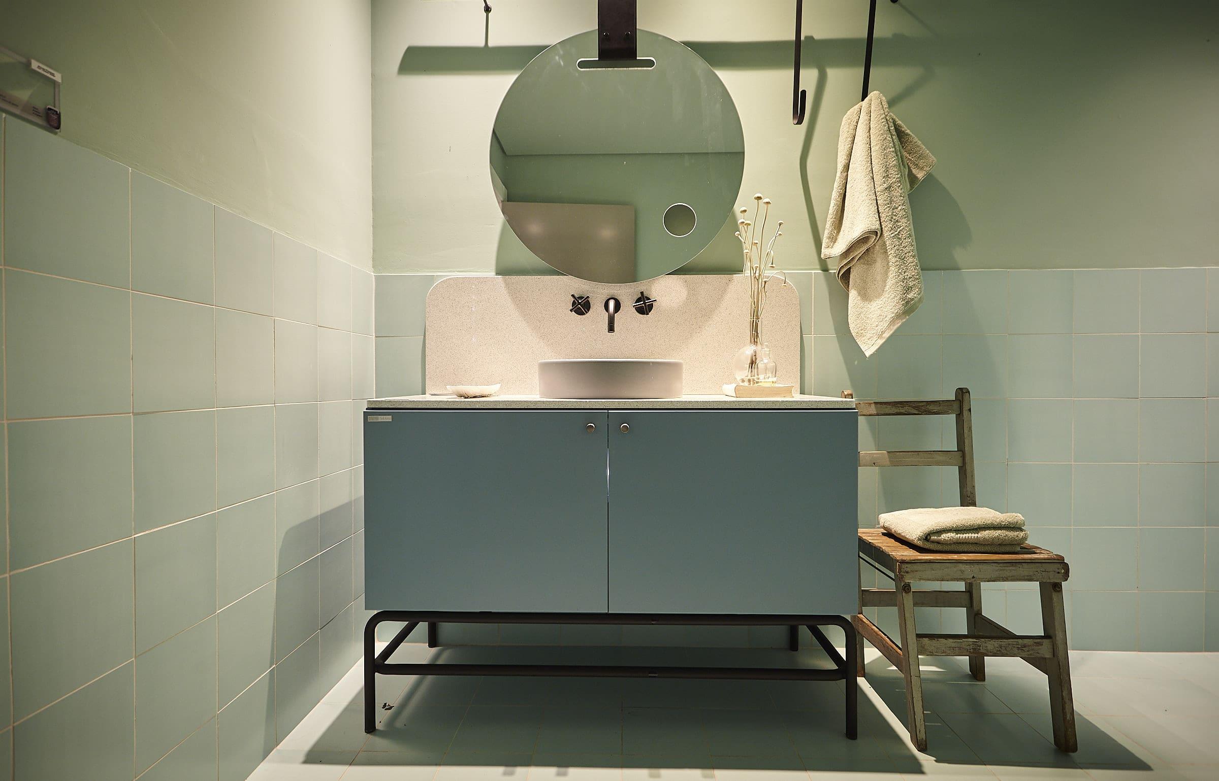 No banheiro, outro tom de verde transmite personalidade – a Lacca acetinada Lapa ganha composição com azulejos e um tom monocromático na parede