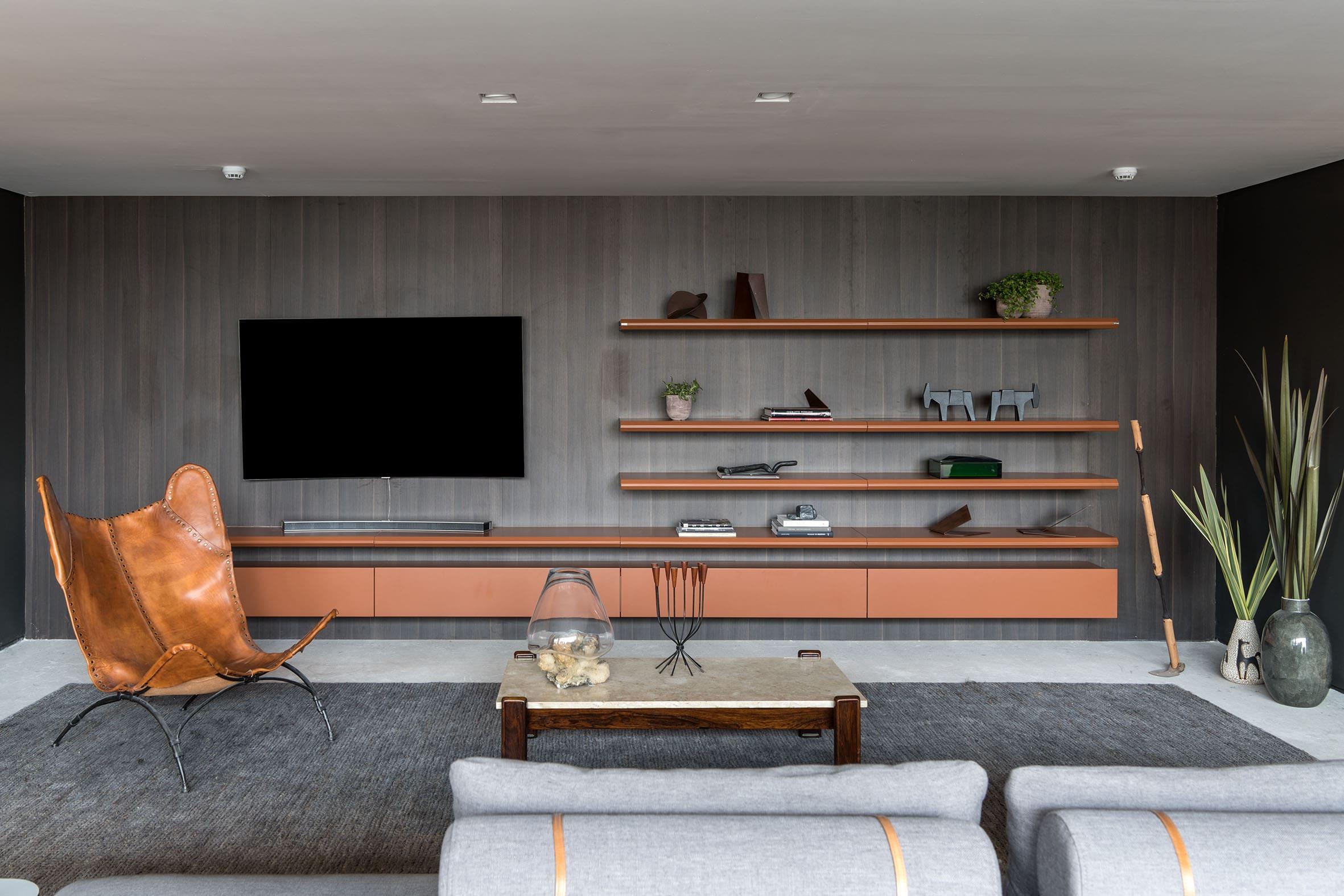 Home theater com painel no madeirado Gardet.