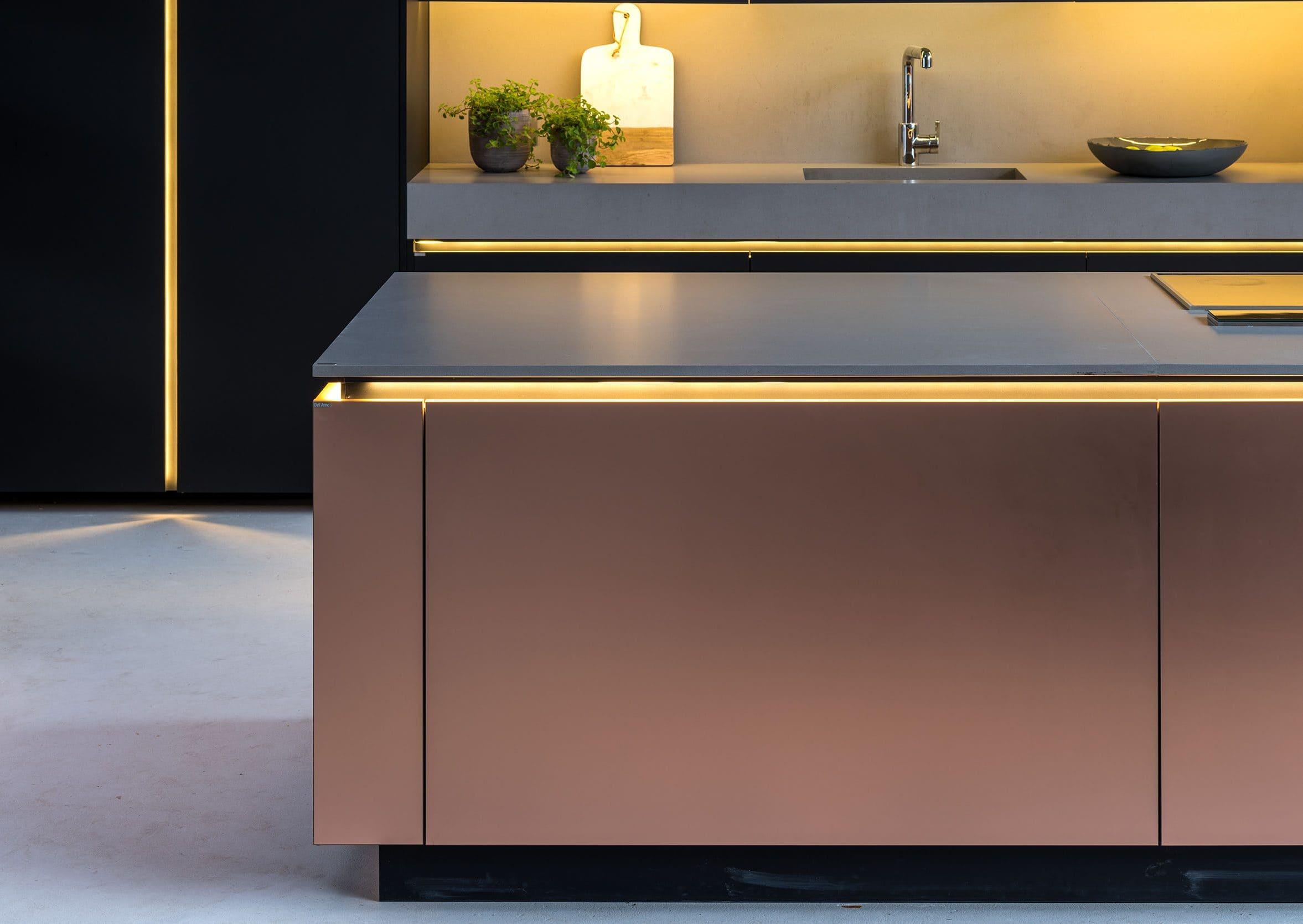 Ilha da cozinha com Rosé Gold – partículas de cobre são vaporizadas sobre a superfície dando efeito metalizado. Resistente à corrosão e ao impacto.